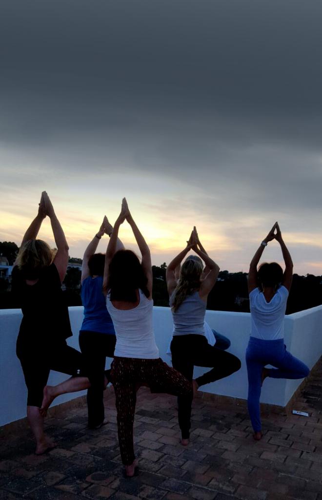 Bild: Yogaferien mit Verena Näpflin Mallorca Vriksasana bei Mondschein