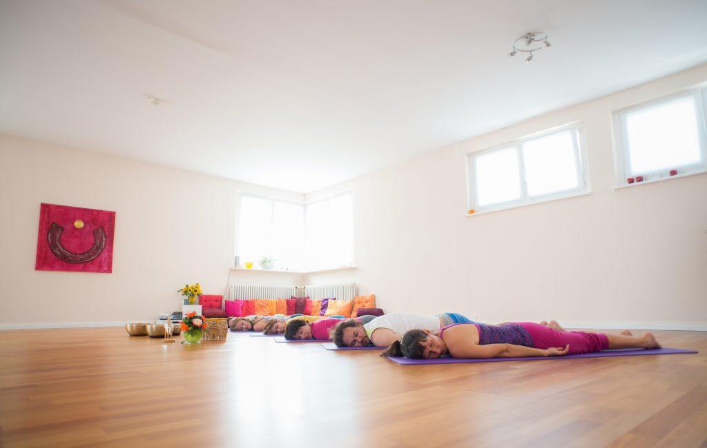 Bild:Verena Näpflin derraum Yoga in Horw Entspannung Bauchlage