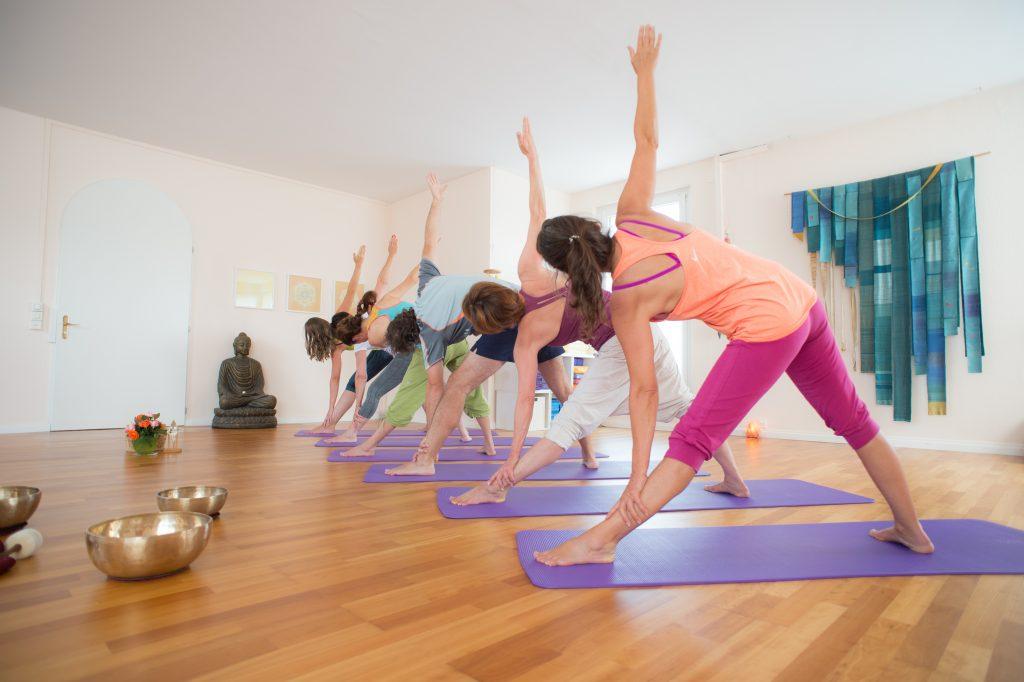Bild: Yoga in Horw mit Verena Näpflin. Trikonasana in der raum Yogakurs.